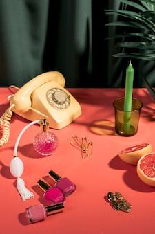 Composition girly à angle élevé sur la table