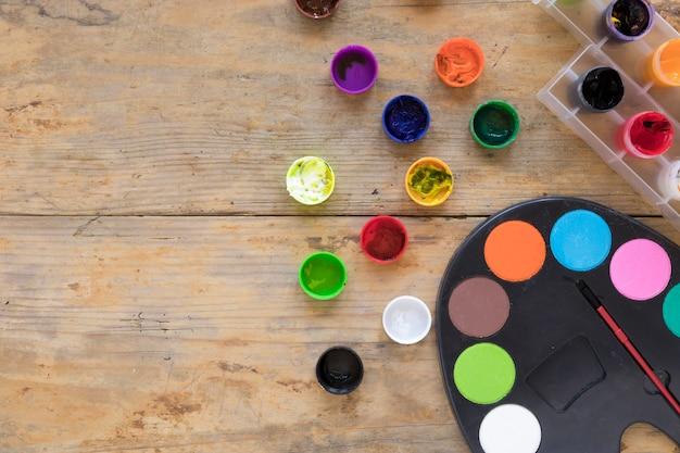 Composition de gouache et palette sur un bureau