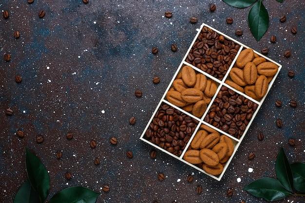 Composition avec grains de café torréfiés et biscuits en forme de grains de café