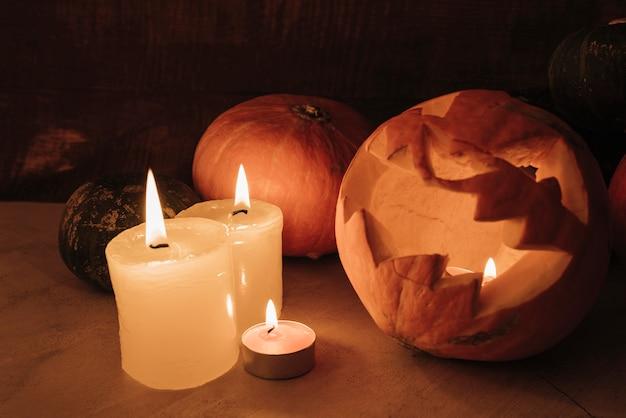 Composition d'halloween avec des bougies