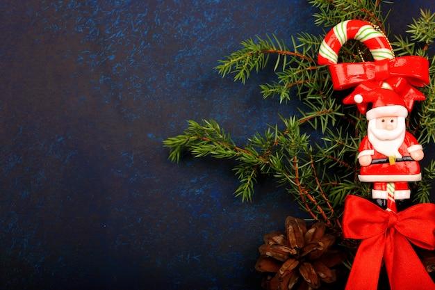 Composition d'hiver arbre de noël jouet, branches d'épinette