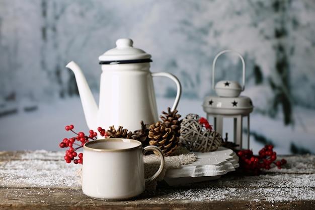 Composition d'hiver avec boisson chaude sur fond nature