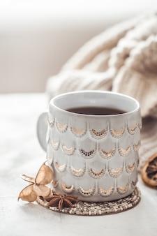 Composition d'hiver confortable avec une tasse et un pull