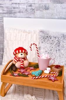 Composition d'hiver de noël sur un plateau en bois. bonne année et concept d'humeur joyeux noël. passez l'hiver à la maison.
