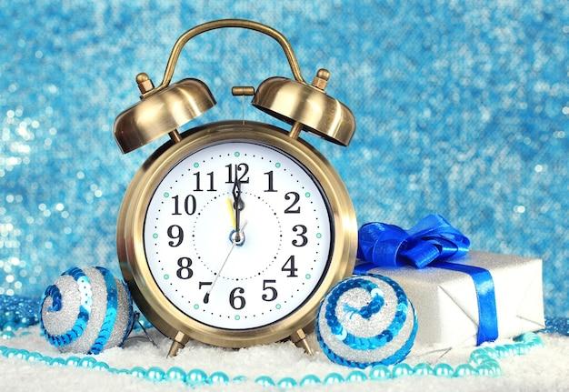 Composition d'horloge et de décorations de noël