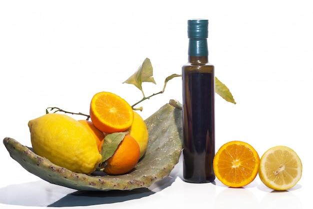 Composition avec des ingrédients siciliens typiques isolés sur blanc