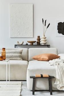 Composition intérieure créative d'un salon confortable avec cadre d'affiche maquette et peinture de structure, canapé d'angle, table basse, textile et accessoires personnels. style classique scandinave.