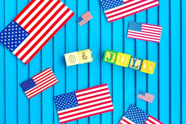 Composition de jour de l'indépendance avec de petits drapeaux