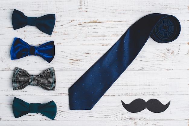 La composition de jour de père avec moustache, cravate et noeud papillon