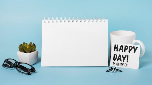 Composition de la journée du patron vue de face sur fond bleu avec bloc-notes vide