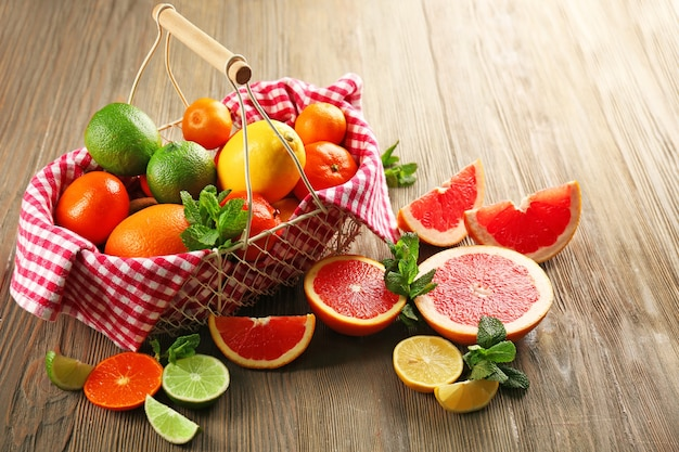 Composition juteuse de fruits tropicaux sur une surface en bois