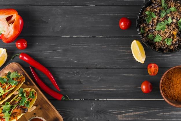 Composition laïque plat de la cuisine mexicaine avec fond