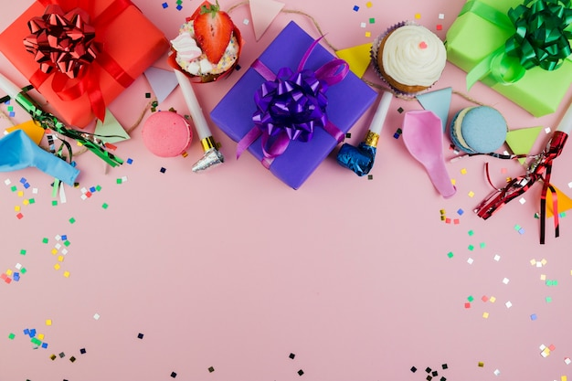 Composition laïque à plat d'éléments d'anniversaire avec fond