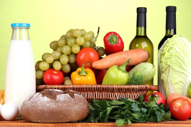 Composition avec des légumes dans un panier en osier