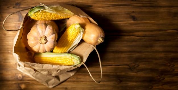 Composition de légumes frais d'automne avec espace copie