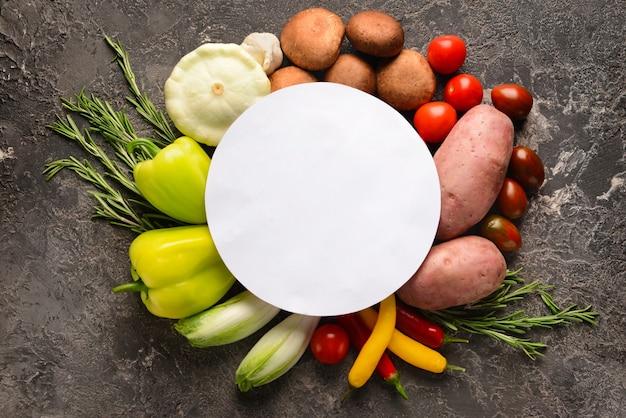 Composition avec des légumes frais et carte vierge