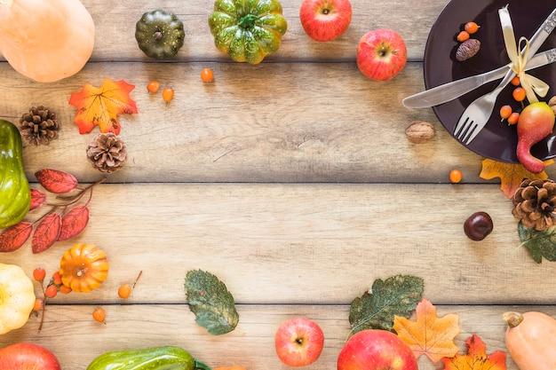 Composition de légumes près d'une assiette
