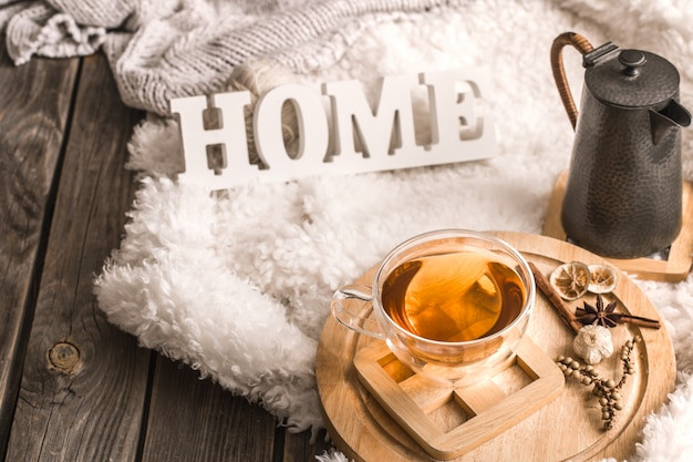 Composition avec des lettres en bois et une tasse de thé