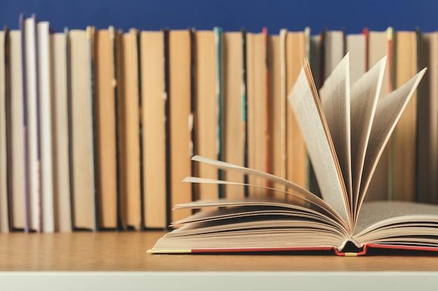 Composition avec des livres sur la table