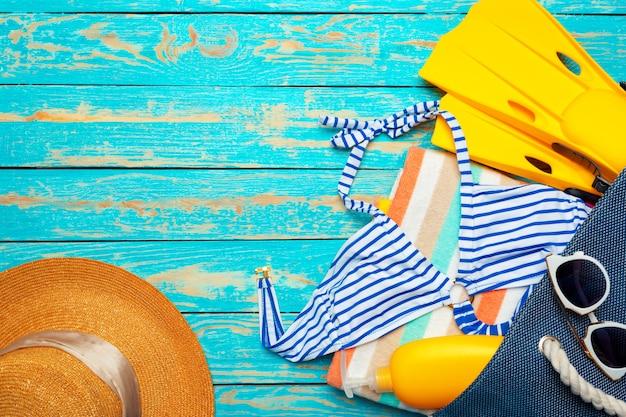 Composition avec maillot de bain sur bois bleu