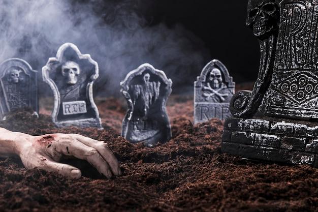 Composition avec main morte et pierres tombales