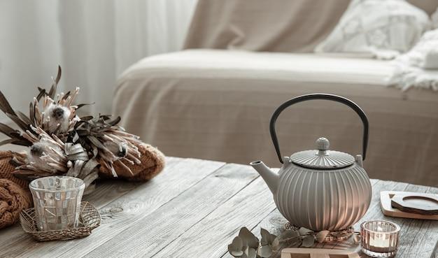 Composition de maison confortable avec une théière et des détails de décoration à l'intérieur de la pièce