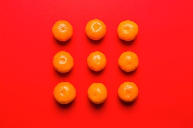 Composition de mandarines sur rouge
