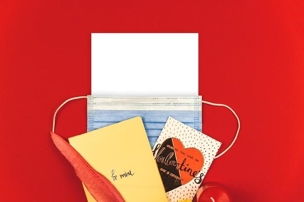 Composition de maquette carrée covid-19 de la saint-valentin heureuse, modèle avec fond rouge et photo de masque médical
