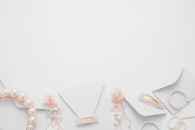 Composition de mariage de bijoux pour la mariée et les invitations vue de dessus.