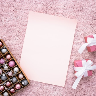 Composition de mariage avec des cadeaux sur un tapis rose