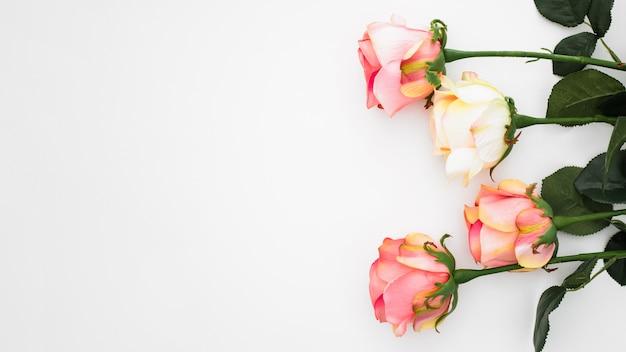 Composition de mariage faite de roses