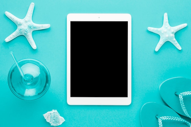 Composition marine bleue avec tablette