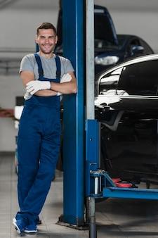 Composition de mécanicien automobile moderne