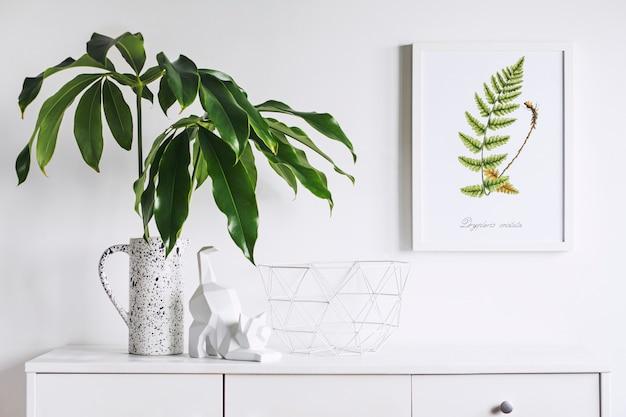 Composition minimaliste créative de l'intérieur du salon avec cadre d'affiche maquette commode moderne blanche feuille verte dans un vase conçu de manière créative et sculpture de chat murs blancs template