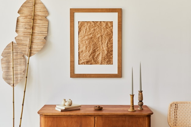 Composition minimaliste du salon avec cadre photo marron, plante, commode rétro, décoration et accessoires personnels élégants dans un décor élégant. modèle.