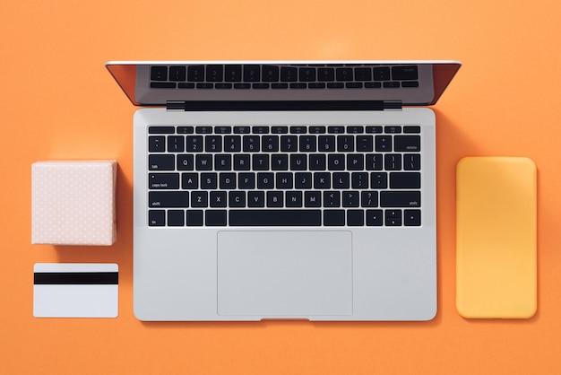Composition minimaliste à plat pour l'emballage cadeau et les achats sur internet en couleur