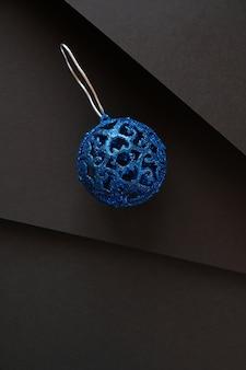 Composition minimaliste et simple de noël en couleur noir mat décorations de cadeaux de noël sur fond noir