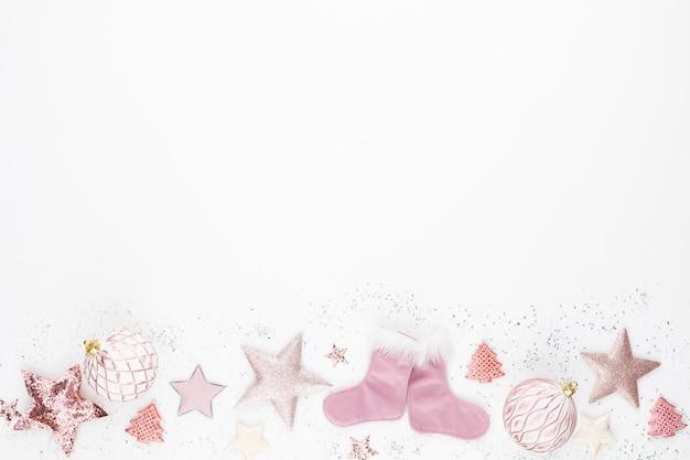 Composition minimaliste et simple de noël en couleur rose