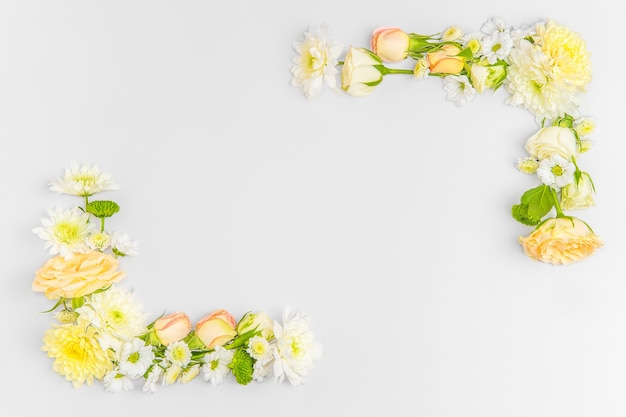 Composition de mise en page créative de fleurs