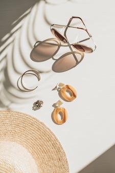 Composition de mode avec des accessoires pour femmes sur blanc