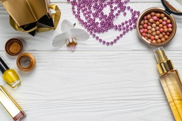 Composition de mode de beauté avec la crème à l'huile de collier sur le dessus de plat en bois blanc
