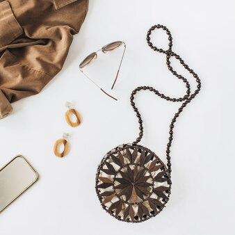 Composition de mode moderne avec des vêtements et accessoires pour femmes sur blanc. chemise, sac à main, boucles d'oreilles, lunettes de soleil