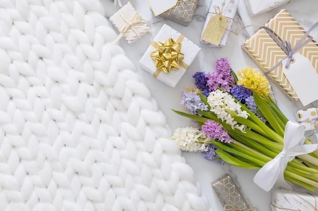 Composition à la mode avec noeud de ruban de boîtes-cadeaux emballé de fête décoré de fleurs en fleurs