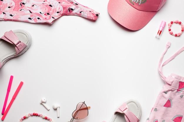 Composition de mode de plage avec des accessoires pour filles sur un cadre de fond blanc avec un espace vide
