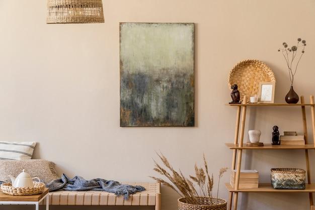 Composition moderne du salon avec chaise longue design, peinture abstraite, décoration en rotin oreillers en bois, tapis et accessoires élégants