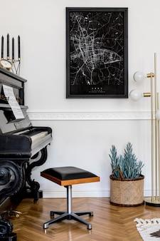 Composition moderne de l'intérieur de la maison avec un piano noir élégant, une lampe en or design, une bougie, une plante, une décoration, une maquette d'affiche et des accessoires personnels élégants dans un décor élégant.