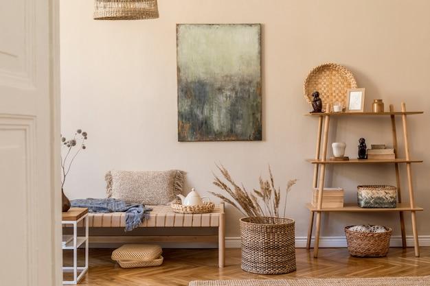 Composition moderne de salon avec chaise longue design, peinture, décoration en rotin, cube en bois, tapis et accessoires personnels élégants. concpet oriental élégant de décoration intérieure.