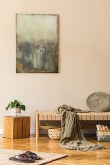 Composition moderne de salon avec chaise longue design, tableaux, panier en rotin, cube en bois, plante, tapis et accessoires personnels élégants. concpet oriental élégant de décoration intérieure.