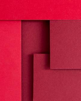 Composition de nature morte monochromatique avec papier rouge