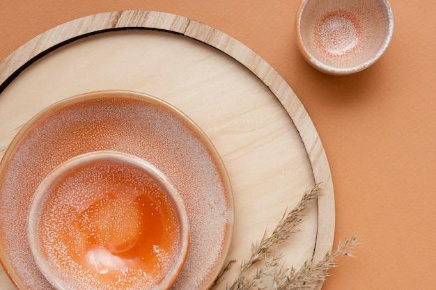 Composition de nature morte monochromatique avec vaisselle